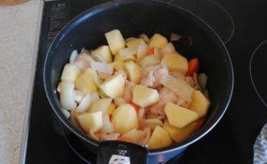鶏手羽とろのトマトクリームシチューの作り方04